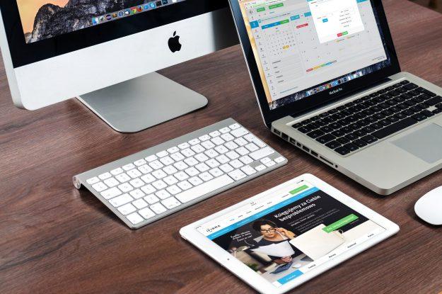 computador de mesa, computador portatul y tableta mostrando sitios web