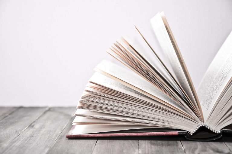 libro abierto sobre base de madera